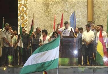 Dirigentes cívicos y del Conade en el Cristo Redentor la noche de la jornada 11 de paro   Foto: Ipa Ibáñez