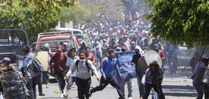 En Cochabamba, la Policía intervino en los enfrentamientos entre masistas que intentaban romper el bloqueo que levantaron los ciudadanos. Fotos: LOS TIEMPOS