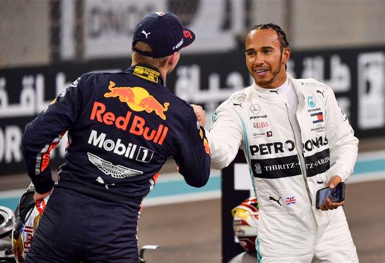 El holandés Max Verstappen (espaldas) felicita a Lewis Hamilton después de las pruebas de clasificación. Foto: AFP