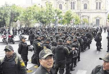 Intenso movimiento policial en inmediaciones del Palacio de Gobierno el lunes, horas antes del plazo que dieron al presidente para renunciar. Foto: APG Noticias