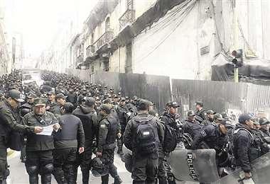 La policía se concentró ayer en la plaza Murillo ante la posibilidad de que se produjeran conflictos
