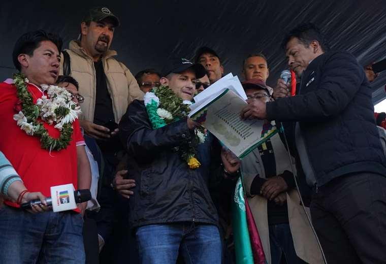 Camacho fue ovacionado en la manifestación de cocaleros de Yungas. (Foto: APG)