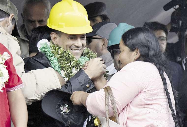 Zenobia Quispe, una dirigente cocalera, coloca una guirnalda a Luis F. Camacho. Foto: AFP