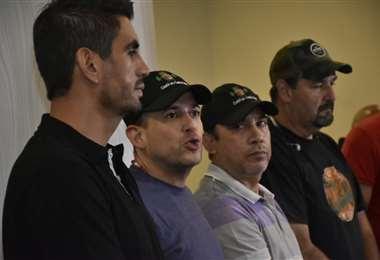 Camacho estuvo acompañado por otros cívicos en la conferencia de prensa. Foto: APG