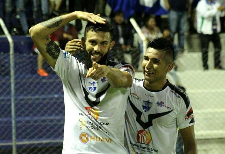 Quintana, con las manos arriba, celebra uno de sus goles marcados con la camiseta de Sport Boys. Foto. Archivo