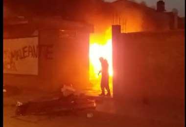 Incendiaron la casa del Gobernador de Oruro, Víctor Hugo Vásquez