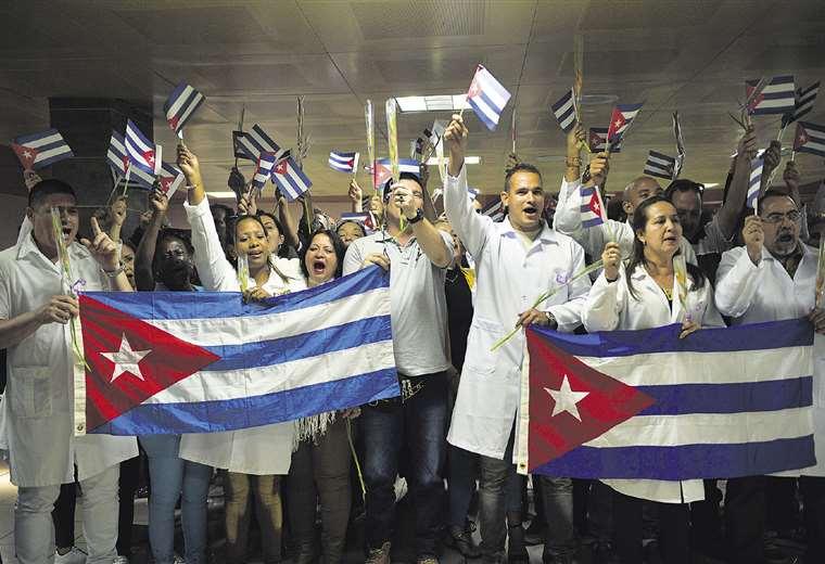 Los médicos cubanos regresaron a La Habana el 16 de noviembre, cuatro días después de la partida de Evo Morales a México. Foto: AFP