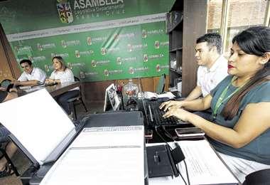 En la Asamblea Departamental de Santa Cruz la atención para los interesados será, en horario corrido, a partir de las 8:00 hasta las 19:00. Foto Jorge Gutiérrez