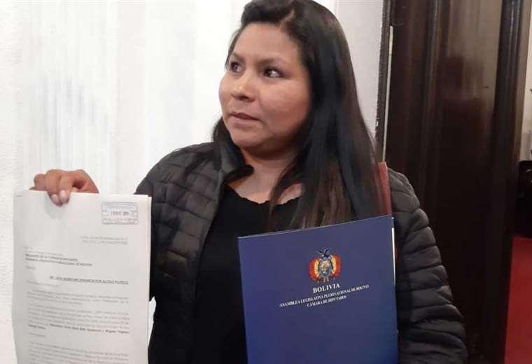 La diputada Vargas muestra el documento con el que formaliza la denuncia. Foto: Erbol