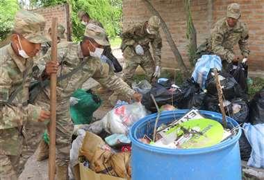 Un grupo de premilitares colabora con el recojo de basura en Camiri. Foto: Teófilo Baldiviezo