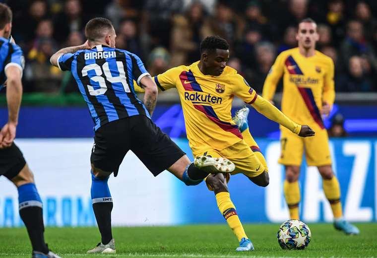 Biraghi del Inter sale a la marca de Moussa Wague, del Barcelona. Foto. AFP