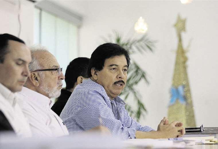 El secretario de Obras Públicas explica el plan de pavimentación. Foto: Jorge Ibáñez
