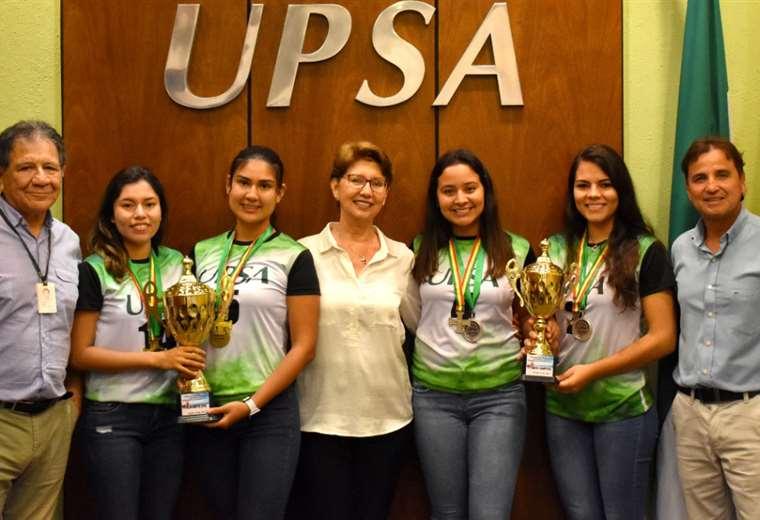 Las dos mejores duplas visitaron el rectorado de la UPSA con sus medallas y trofeos.