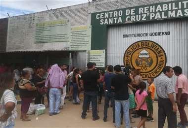 Familiares de los internos esperan en las afueras de la cárcel   Foto: Ipa Ibañez