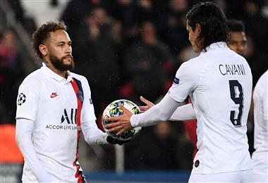 Neymar le entrega el balón a Cavani para la ejecución del penal. Foto: AFP