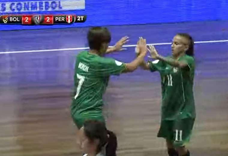 Morón celebra con Galvez el tercer gol. Foto: Captura Conmebol
