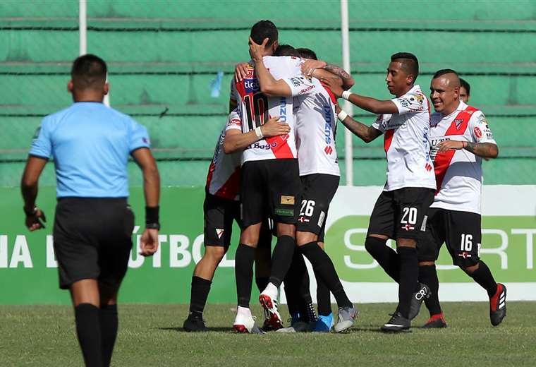 Los jugadores de Always Ready celebrando su último victoria en Santa Cruz. Foto: Jorge Gutiérrez