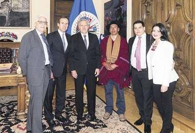 El delegado del Gobierno y activistas junto a Luis Almagro, secretario general de la OEA. Foto:TWITTER