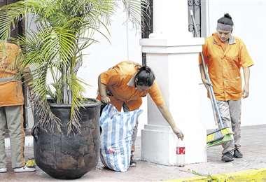 Trabajadoras de la empresa Cleaning Service limpian el área externa del predio del Concejo. Foto: Jorge Ibáñez