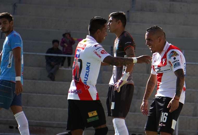 Kevin Romay y Marcos Ovejero celebran el triunfo del equipo alteño. José María Carrasco y Rubén Cordano lo sufren. Foto. APG