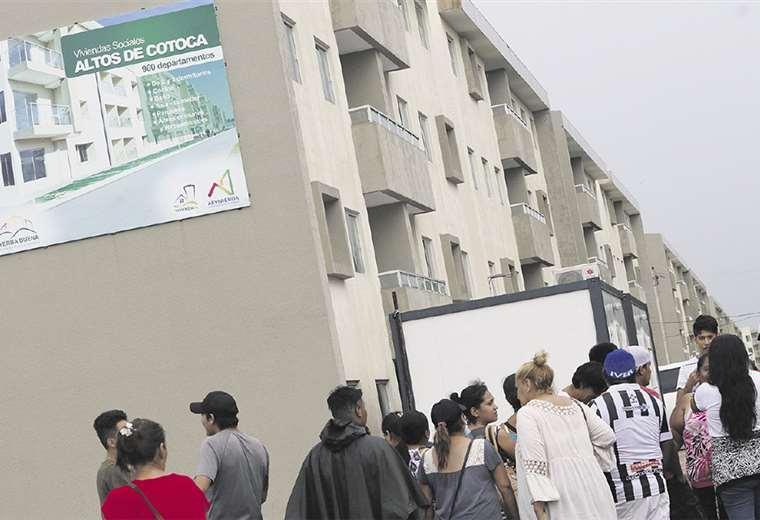 Las personas están expectantes para ver si califican y tienen acceso a los departamentos del condominio. Foto: Jorge Uechi