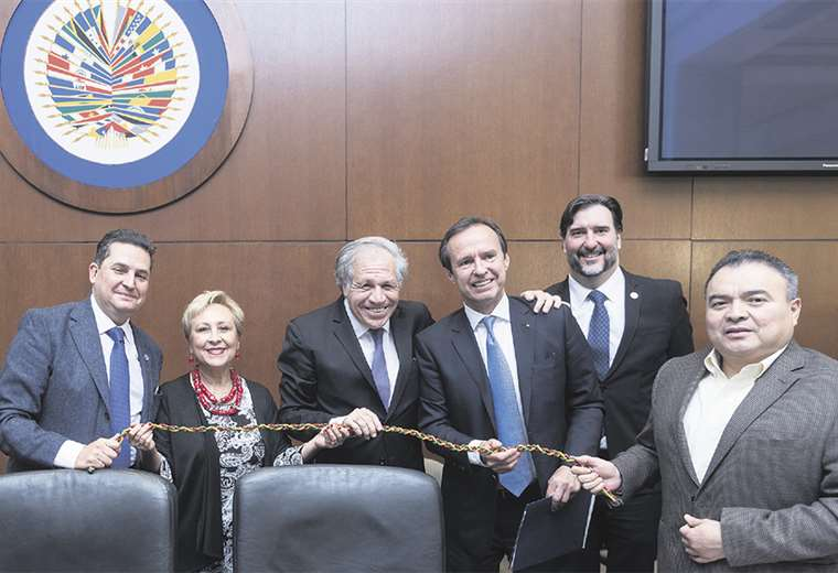 Luis Almagro junto a Tuto Quiroga y el equipo de peritos de la OEA. Foto: OEA