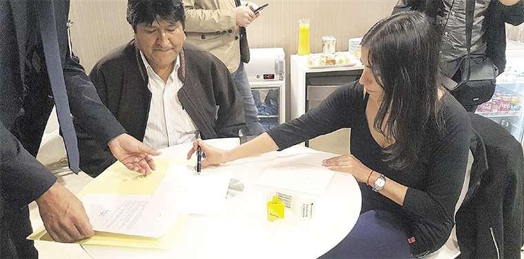 El expresidente Evo Morales y la exministra de Salud Gabriela Montaño, al llegar a Argentina. Foto: CLARIN