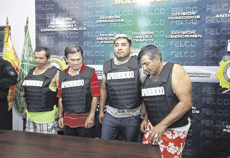 George Peter Nava Zurita, el segundo desde la derecha, fue presentado ayer en las oficinas de la Felcc
