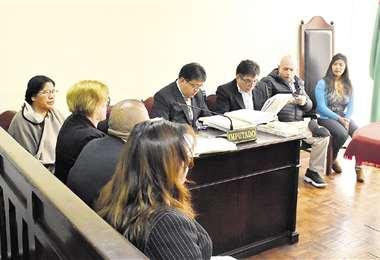 El exvocal Édgar Gonzales no llegó a la audiencia y solo fue representado por su abogada. Foto: APG NOTICIAS