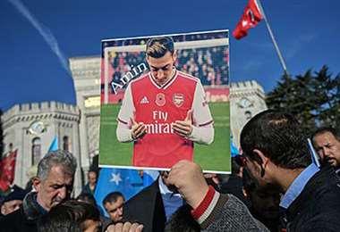 El alemán Mesut Ozil cuenta con su propia afición en el mundo musulmán. Foto: AFP