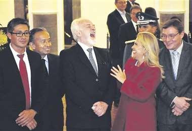 Aponte, (centro) agradeció el voto de confianza que le dio la presidenta Jeanine Áñez. Foto: APG Noticias