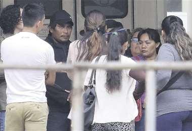 José M. G. (de gorra), padre de la niña, en la morgue de la Pampa . Foto: Rolando Villegas