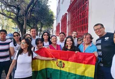 Alejandra Serrate con algunas personas de la comunidad boliviana en Méxicio