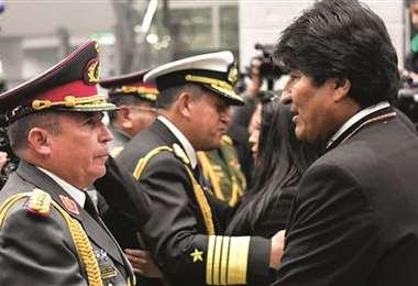 El excomandante junto al exjefe de Estado I Foto: Página Siete.