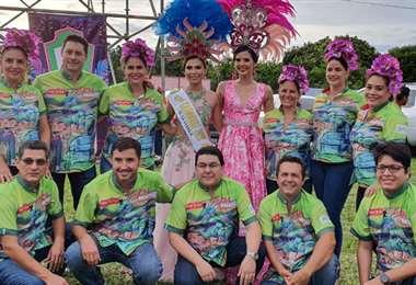 Romy Paz junto con la reina del Carnaval de La Guardia y los Chirapas Jrs.
