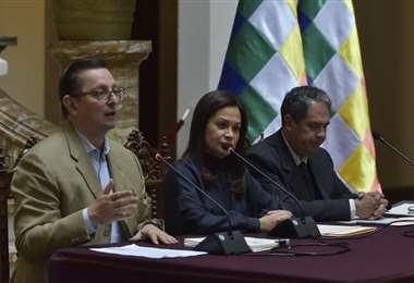 Las autoridades en conferencia de prensa en Palacio Quemado I Foto: APG Noticias.