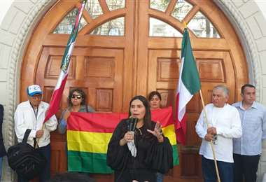 Alejandra Serrate en plena charla en la vía pública