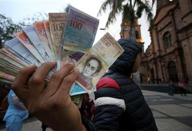Hay migrantes venezolanos que entre sus oficios cambian dinero de su país por bolivianos