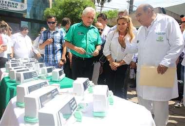 Rubén Costas, la presidenta Áñez y el director de la maternidad. Foto: Jorge Gutiérrez
