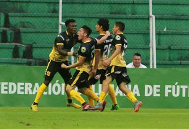 Los jugadores de Destroyers celebran el gol de José Andrés Rodríguez marcado ante San José en el Tahuichi. Foto. Rolando Villegas