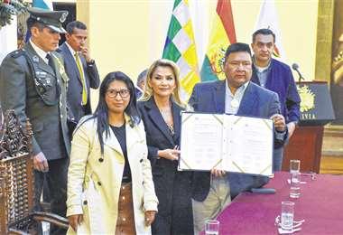 La presidenta Jeanine Áñez promulgó ayer la ley que amplía el plazo para la convocatoria a elecciones. Foto: APG NOTICIAS