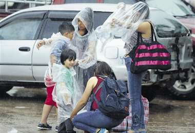 Por la feria Barrio Lindo las familias buscaron la forma de resguardarse de la persistente llovizna