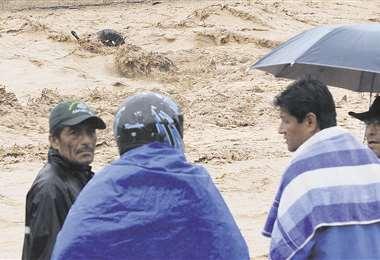 Vecinos de El Torno ven solo una llanta de un auto que fue arrastrado por el río Piraí   Jorge Gutiérrez