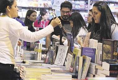 La Feria Internacional del Libro de Santa Cruz es la época del año en que más títulos solicitan los lectores. Foto: HERNÁN VIRGO