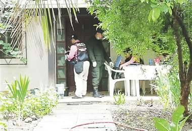 Agentes de la Felcc levantaron huellas y otras evidencias del crimen en el barrio La Morita. Foto: BERTHY VACA J.