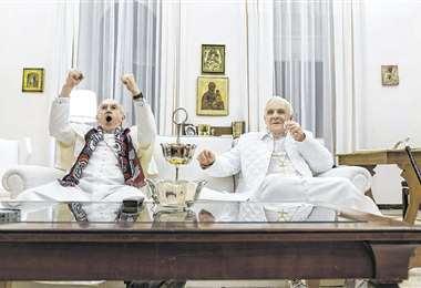 Las actuaciones tanto de Pryce (Izq.) como de Hopkins (Dcha.) son sencillamente deliciosas, cómo será de bueno Hopkins que hace que le tengás simpatía al adusto Ratzinger. Foto: Internet