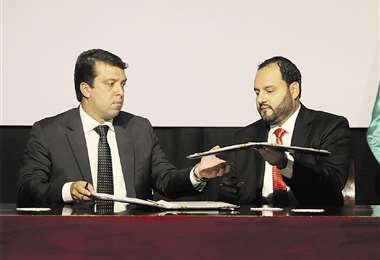 Soliz, dcha., y Joao Marcello Rangel, gerente de Gas y Energía de Petrobras, durante el acuerdo. Foto: Jorge Uechi