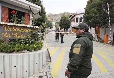 Ayer, vecinos denunciaron la presencia de encapuchados en la casa de la embajadora. Foto: AFP