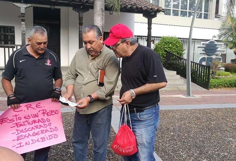 Una protesta se registra este martes en las puertas de la CRE. Foto Hernán Virgo