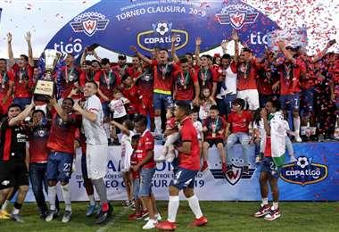 El rojo de Cochabamba celebró el título el sábado pasado en el valle. Foto. Archivo